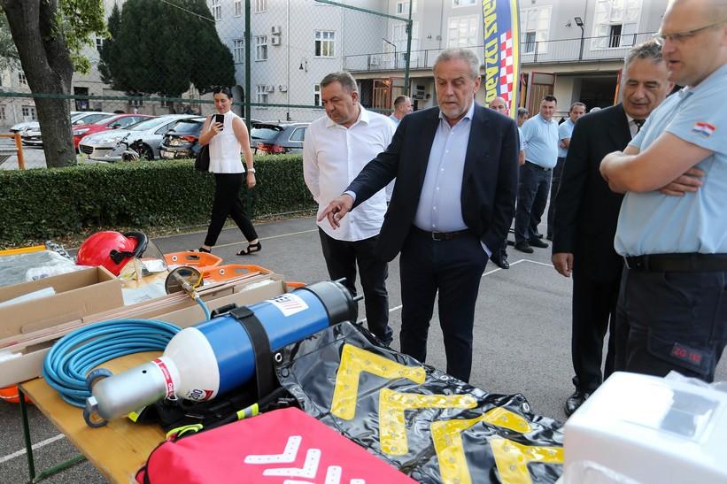 🖼️ 🎦 Gradonačelnik Bandić i pročelnik Kalinić vatrogascima uručili opremu vrijednu 635.000 kuna