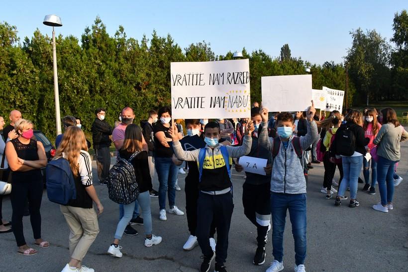 🎦 Roditelji i učenici prosvjedovali ispred škole prvog dana nastave