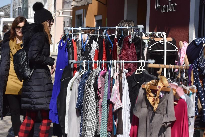 Preko Facebooka prodavala odjeću; osuđena za ilegalnu trgovinu – mora platiti 70.000 kuna