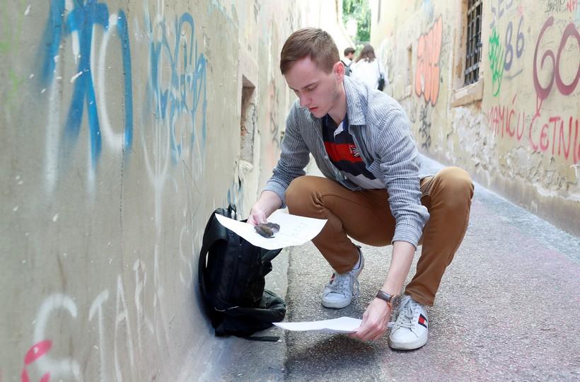 🎦 Mladić u centru grada spasio šišmiša
