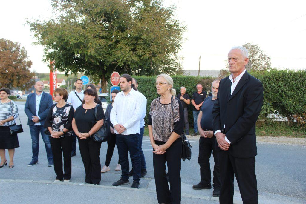 Položeni vijenci u spomen na poginule branitelje Marija Jembreka i Miljenka Klobučara 04
