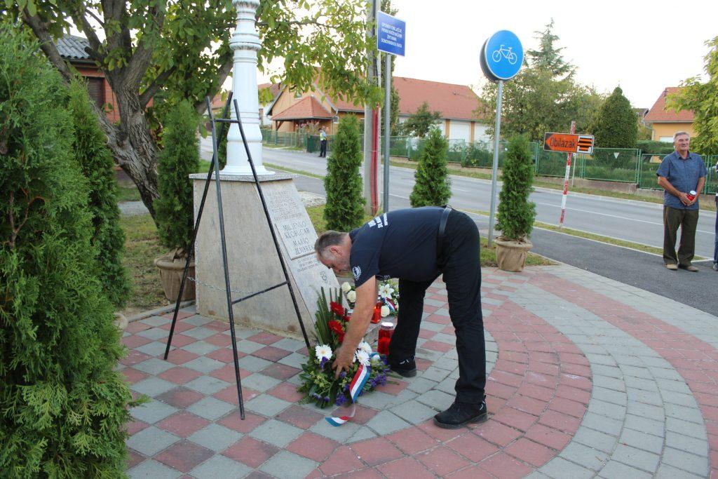 Položeni vijenci u spomen na poginule branitelje Marija Jembreka i Miljenka Klobučara 09