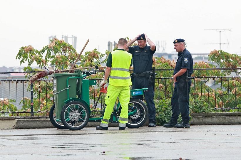 I policijski službenici se interesirali oko novog električnog smetlarskog bicikla