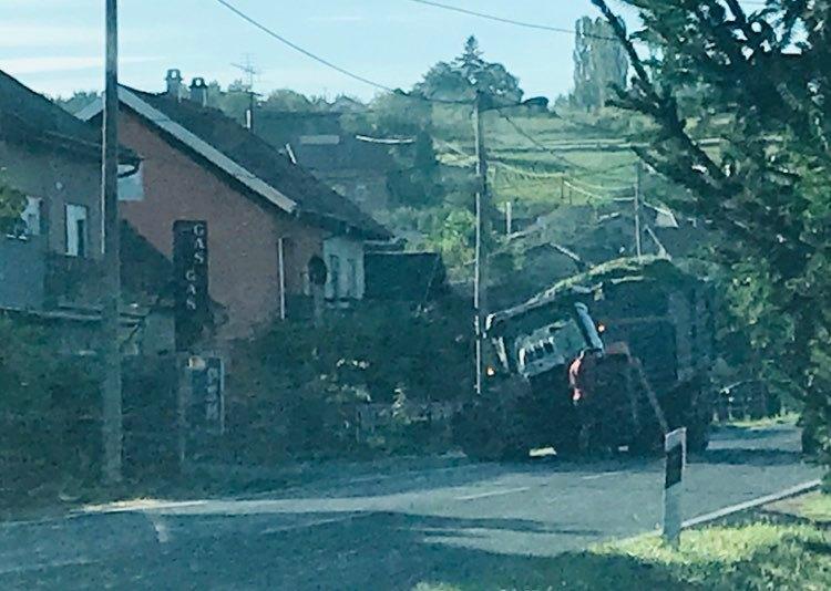 NA ULAZU U KRIŽEVCE Prednji dio traktora u zraku, prometuje se usporeno