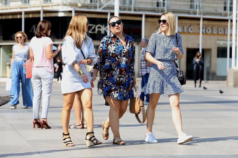 Djevojke u ljetnim haljinama