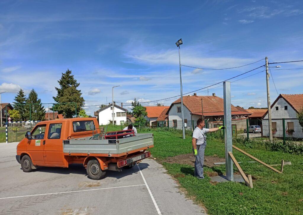 Đurđevac: U tijeku je postava košarkaškog koša na igralištu u Bjelovarskoj ulici