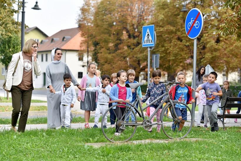 🖼️ Mališani koprivničkog vrtića Sv. Josip i Tratinčica obišli gradske spomenike biciklu