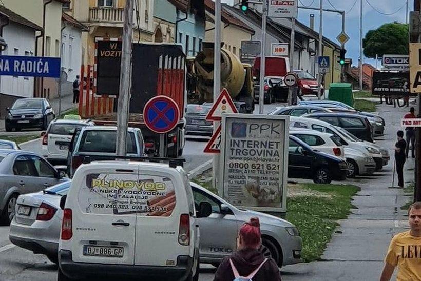 Sudarili se pa usporili promet usred grada: 'Koliko sam vidjela, pravi je krš i lom'