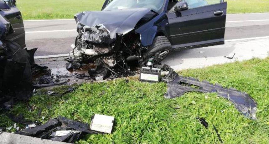Izravni sudar dva automobila; jedna osoba smrtno stradala, više ozlijeđenih
