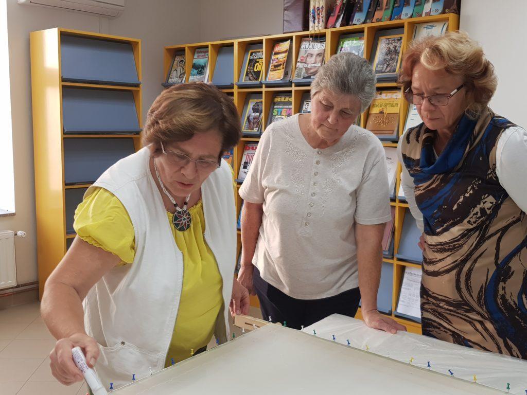 Revija i izložba rukom oslikane svile Katice Blažok i suradnica u đurđevačkoj knjižnici