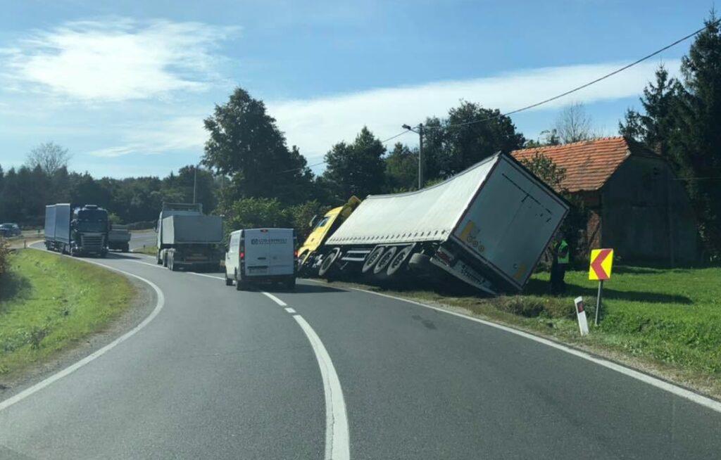 🎦 PROMETNA NESREĆA Prevrnuo se kamion u Sokolovcu