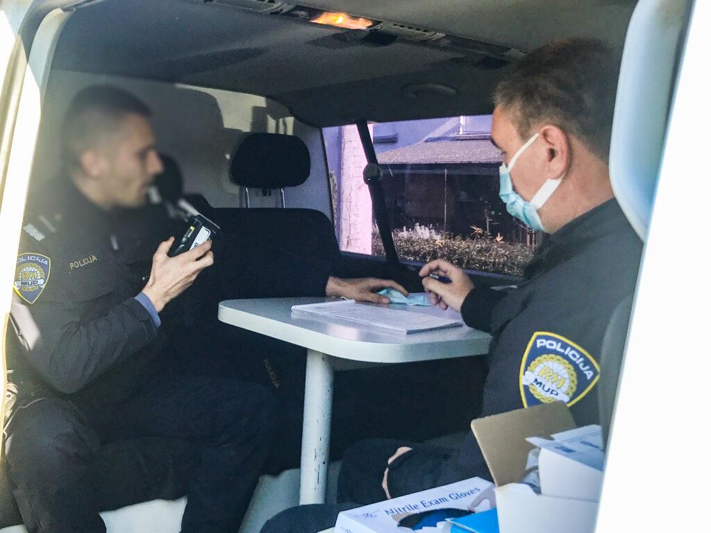 OVO SE NE VIĐA ČESTO Policajac dao puhati policajcu