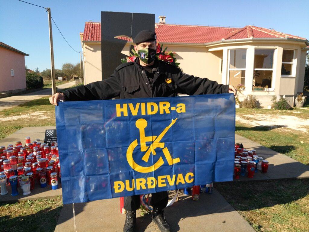 Članovi HVIDRA-e Đurđevac u Škabrnji upalili svijeće za sve poginule u Vukovaru i Škabrnji