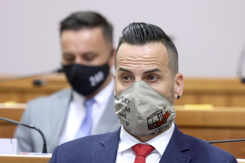 Zagreb: Saborski zastupnici s različitim zaštitnim maskama