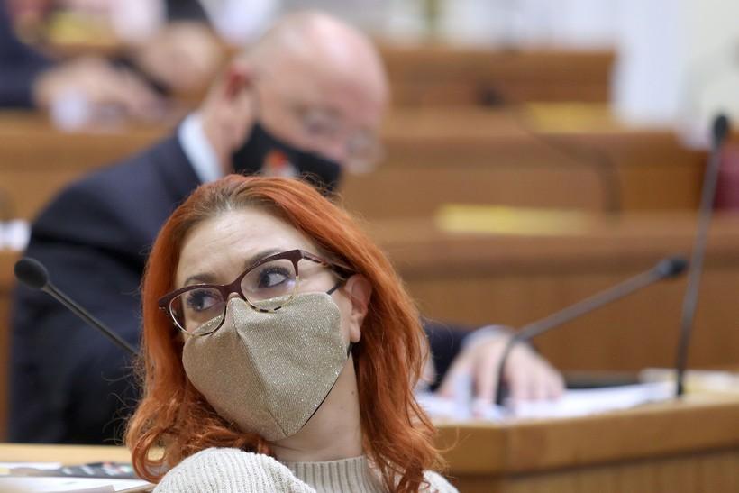 Zagreb: Saborski zastupnici nose različite zaštitne maske