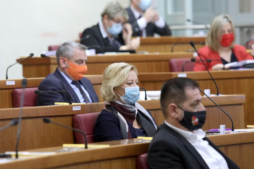 🖼️ Šarolike maske saborskih zastupnika; od zdravstvene zaštite do modnog detalja