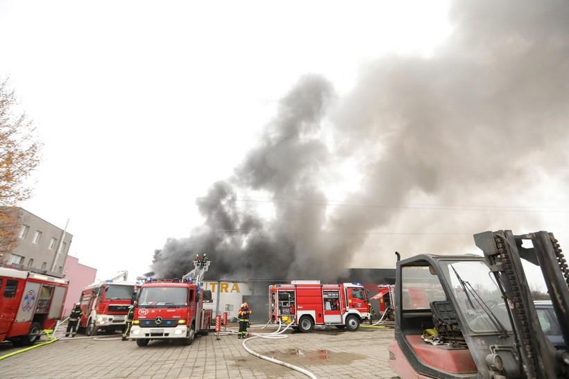 Zapalilo se skladište puno plastike i papira; na terenu 23 vatrogasna vozila