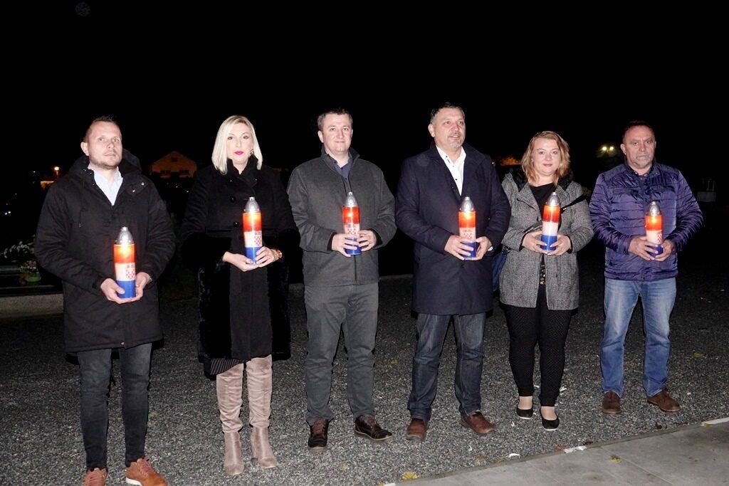 Kod Križa života u Đurđevcu zapaljene svijeće povodom Dana sjećanja na žrtve Domovinskog rata i na žrtvu Vukovara i Škabrnje