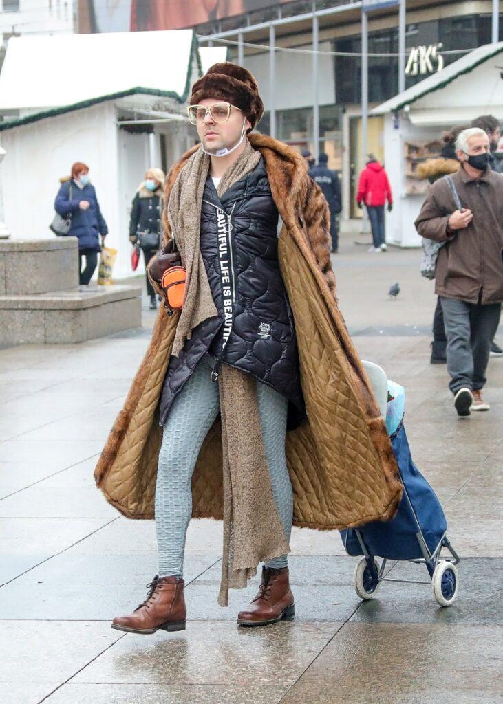 Muškarac prošetao u nesvakidašnjoj modnoj kombinaciji