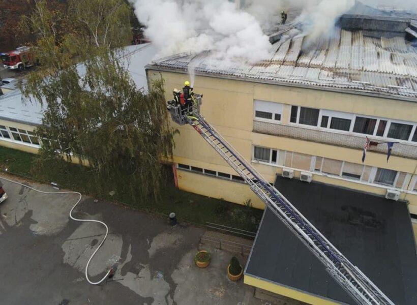 Ugašen požar škole; sudjelovalo 30 vatrogasaca i 15 vatrogasnih vozila