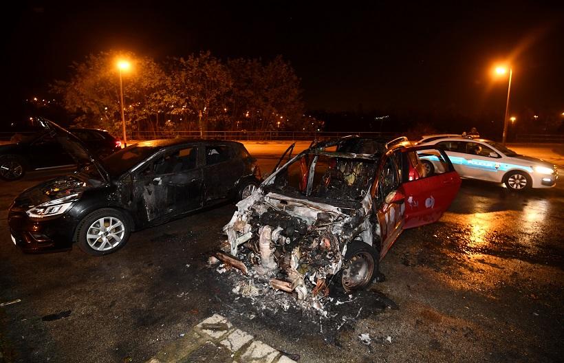 I TOGA IMA Djevojka zapalila razbijeni automobil pa zagadila cijelo susjedstvo