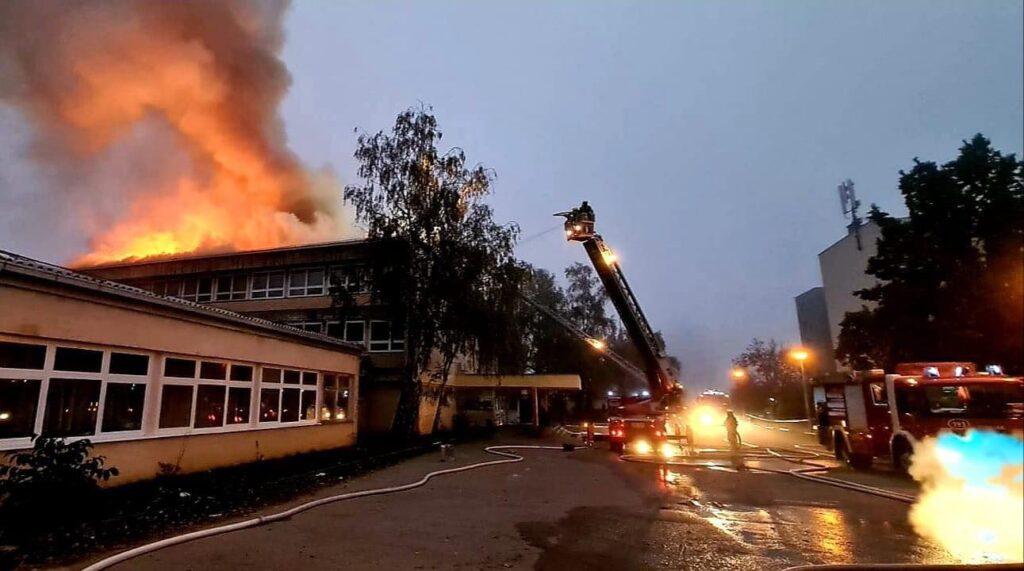 Gori škola, brojni vatrogasci su na terenu