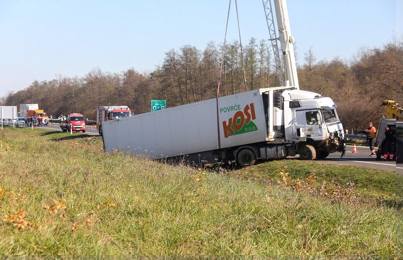 Četiri poginule osobe, pet ozlijeđenih u prometnoj nesreći na A1