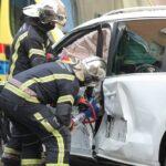 🎦 TEŽAK SUDAR VIŠE AUTOMOBILA Vatrogasci morali rezati lim na vozilu