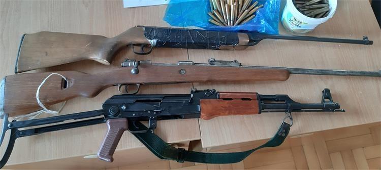 Pretresom kuće pronašli oružje, streljivo, novac te biljnu materiju nalik na drogu