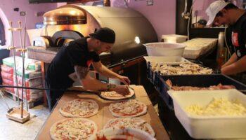 🎦 Poznati pizza majstor u Petrinju doveo 800 kilograma tešku peć da nahrani gladne