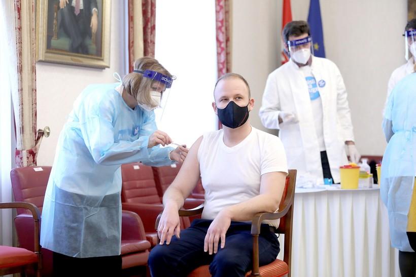 🖼️ Što je zajedničko Jakšiću, Đakiću, Pupovcu i Peović? Svi odreda danas su primili cjepivo protiv bolesti covid-19