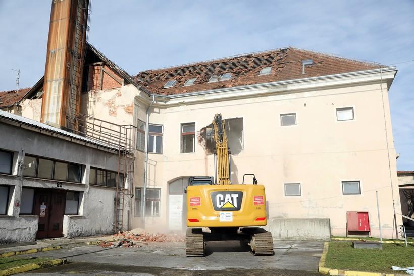 SLUČAJNO? Rušenje oštećenih objekata u Petrinji stalo čim je otišao Plenković!