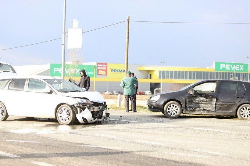 Sudarili se na prometnom raskrižju, hitna pomoć odvezla ozlijeđene