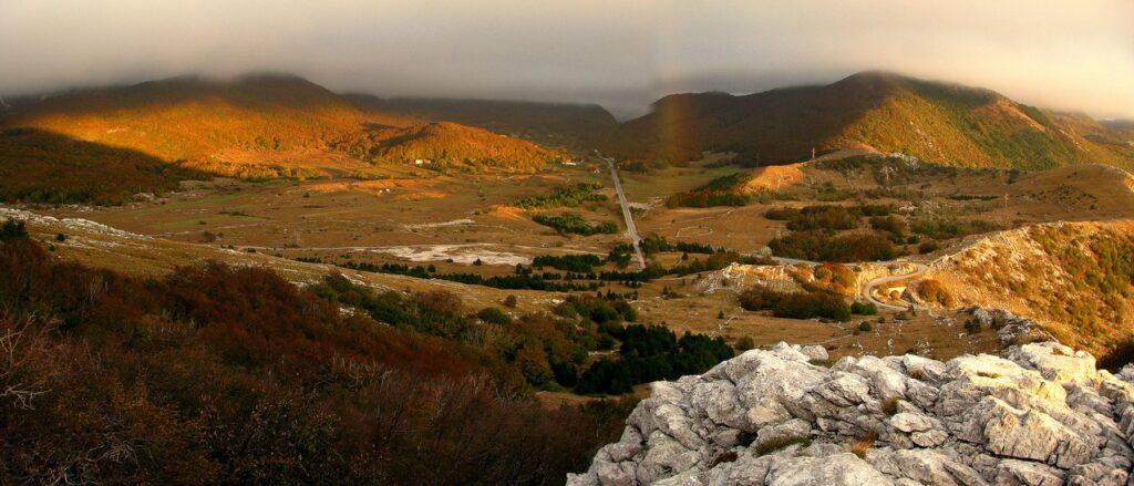 Izložba Planinske panorame autora Dubravka Stipaničeka u izlozima Narodne knjižnice Vrbovec