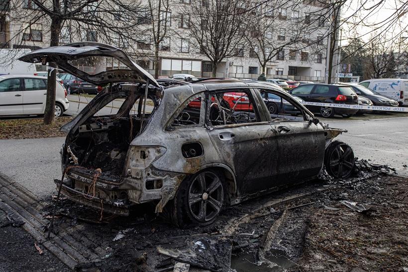 Jedan Mercedes izgorio, a drugi je pronađen