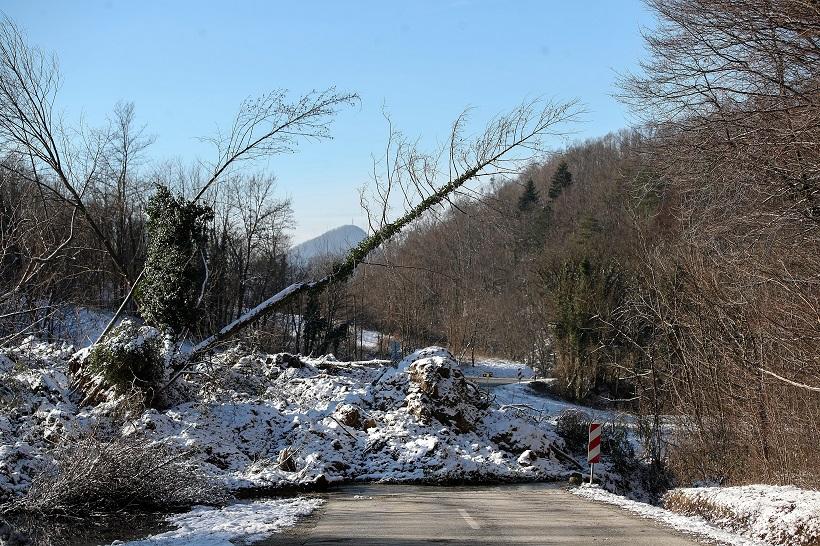 Veliko klizište zatrpalo cestu u Zagorju