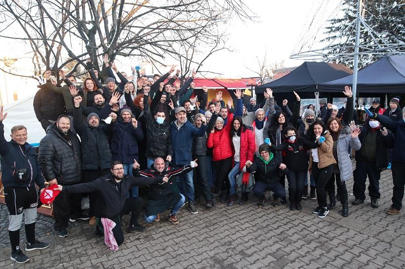 Zajednička fotografija kuhara volontera uoči odlaska iz Petrinje