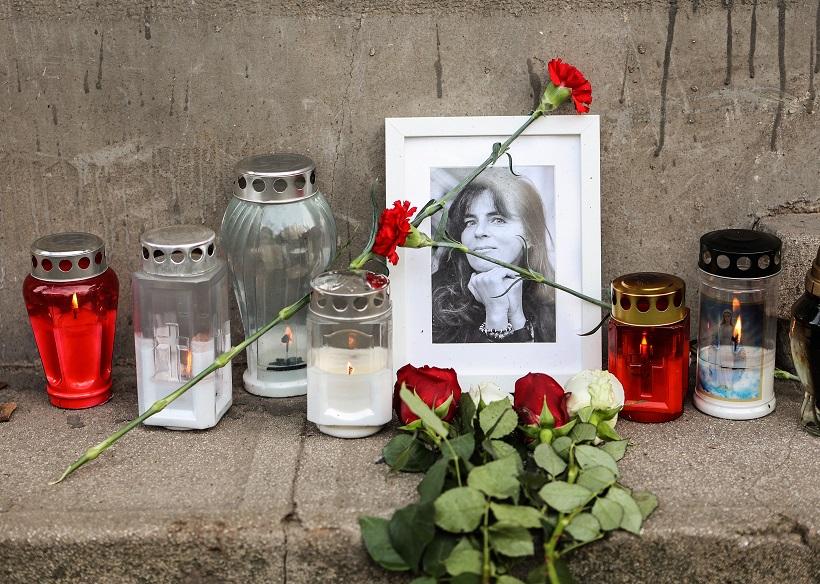 Svijeće i cvijeće za Miru Furlan ispred stana u Zagrebu