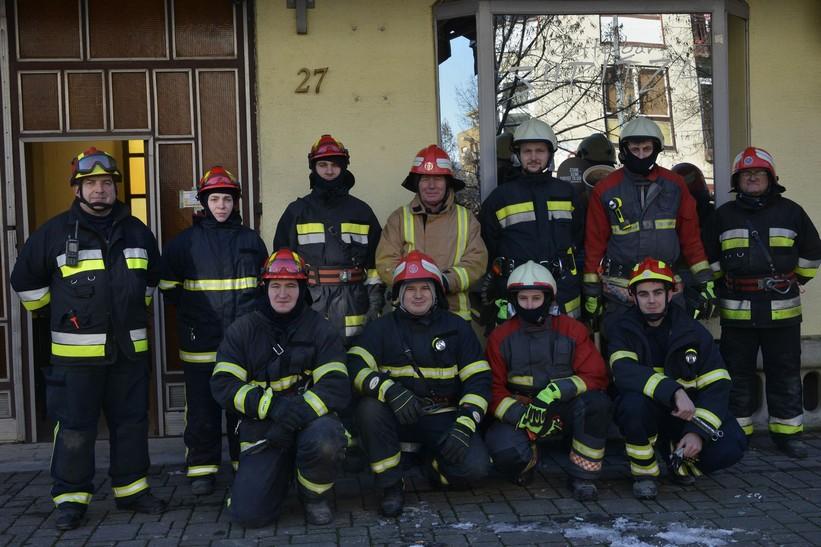 🎦 Podravsko-prigorskih vatrogasci u Glini; na teren upućeno 17 vatrogasaca i tri kombi vozila