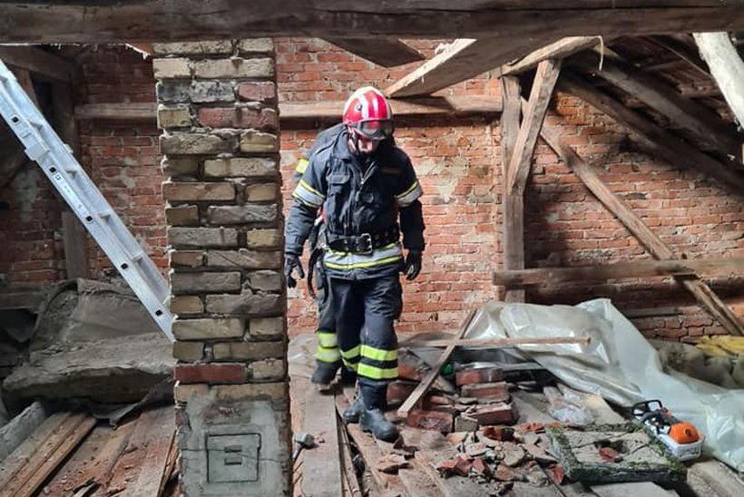 Vatrogasci skinuli zvonik s kapelice u selu Nebojan