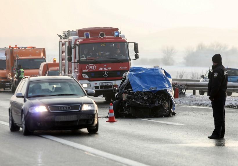 Automobil naletio na ralicu, jedna osoba je poginula