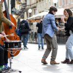 🎦 Gypsy swing svirka i plesnjak usred trga