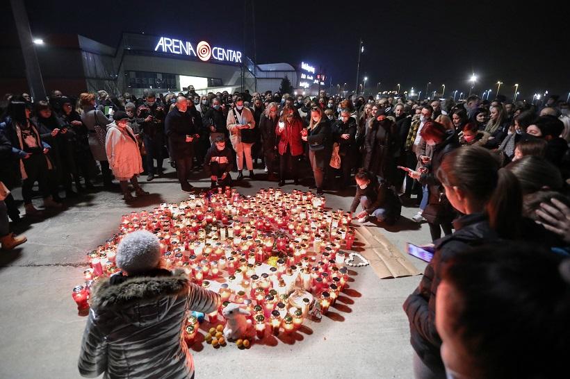 Obožavatelji se ispred zagrebačke Arene opraštaju od Balaševića pjesmom i paljenjem svijeća