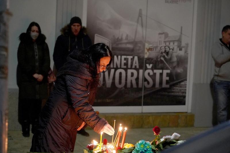 OBOŽAVATELJI SE OPRAŠTAJU OD PANONSKOG MORNARA Stotine ljudi u središtu Novog Sada uz Balaševićeve pjesme