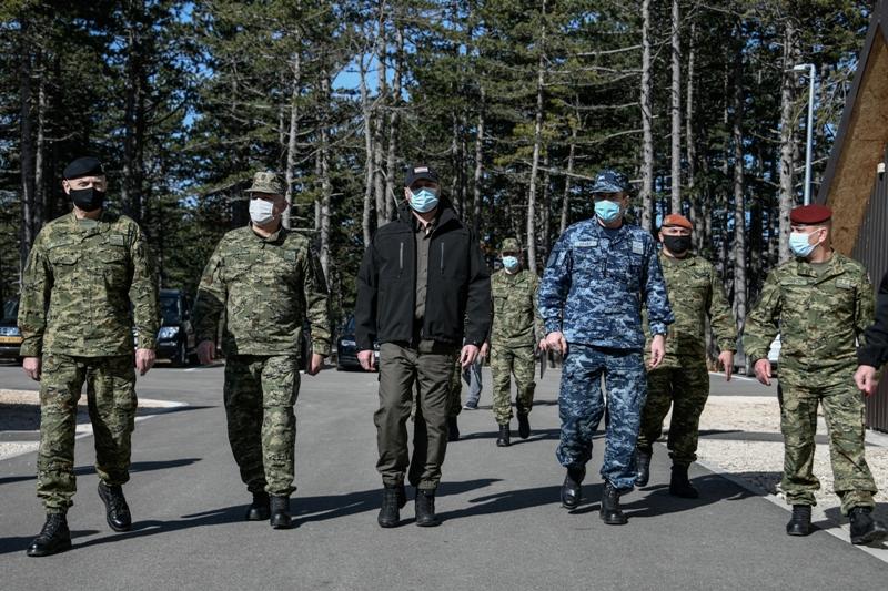 Ministar Banožić i admiral Hranj posjetili kadete na zimskom kampu u Udbini