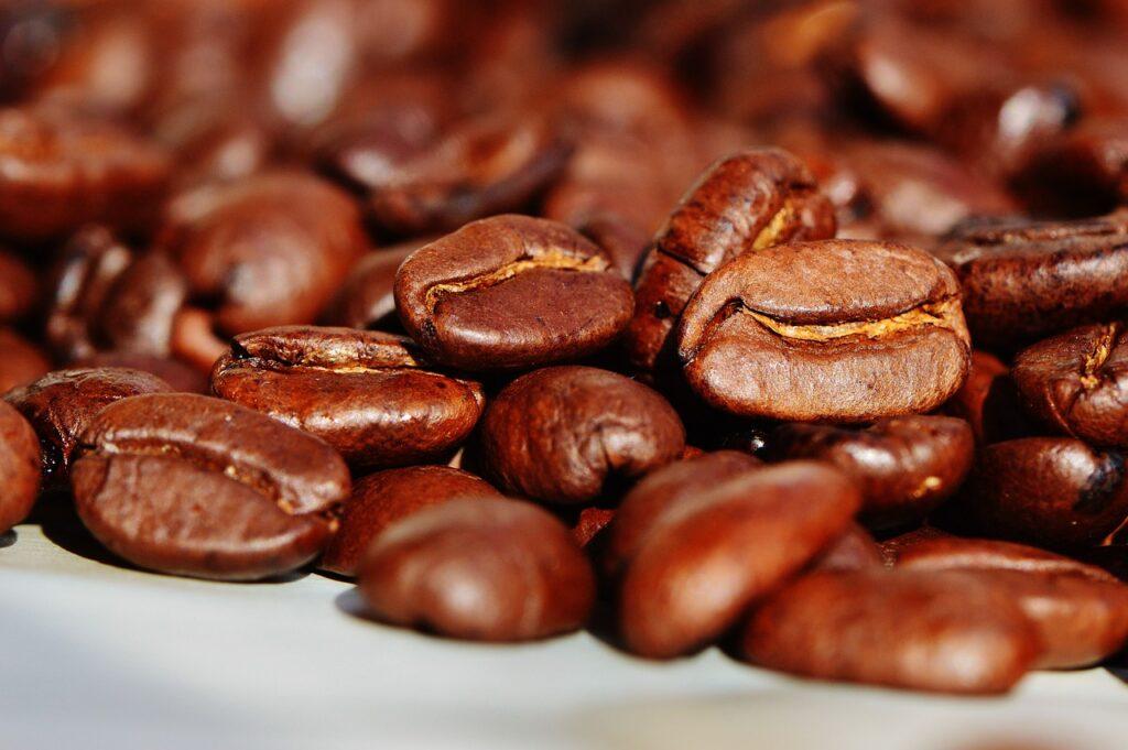 Umjesto solju snježne površine posipavaju kavom; prednosti su višestruke!