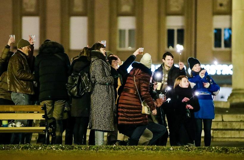 Veselo društvo ispred HNK uz piće i razgovor zapalilo i prskalice