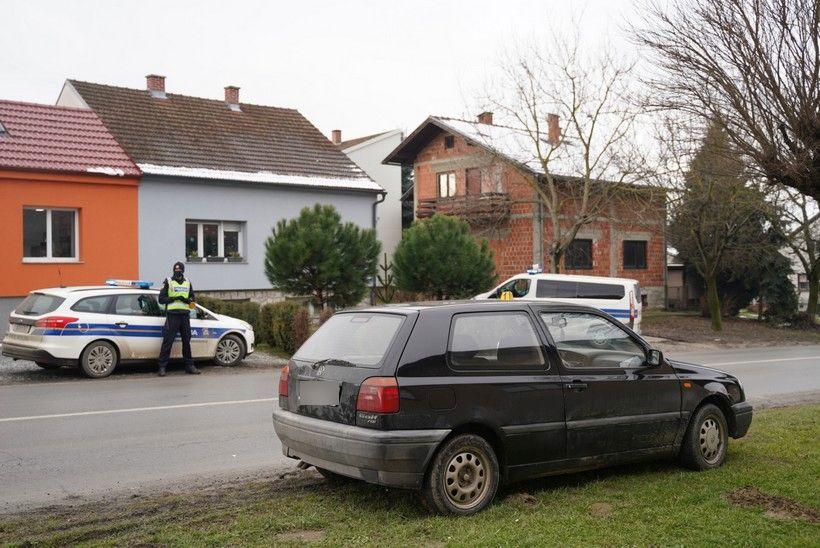Na terenu kod vojarne nekoliko policajaca i policijskih vozila