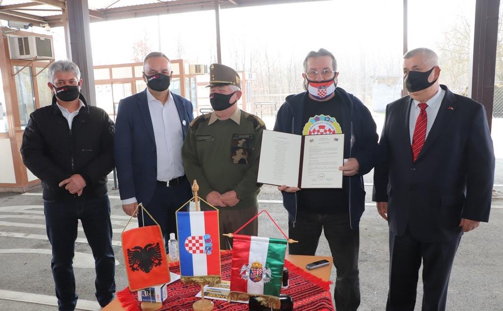 """Uz poruku """"Brat s bratom, Hrvat s Mađarom"""" mađarski veterani uručili donaciju za Sisačko-moslavačku županiju"""