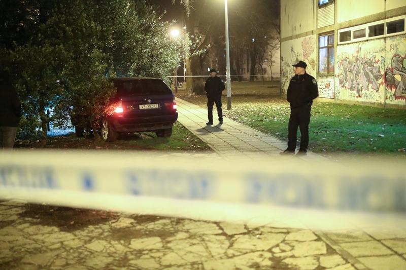 FILMSKA POTJERA Autom bježao policiji, zabili se u drvo ispred osnovne škole, skoro nastradala i djeca